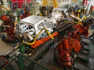 robot fabricando un vehículo